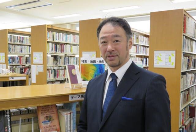 麻布中学・高校の平秀明校長(同校の図書館で)