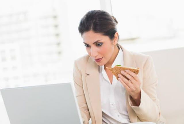 デスクでコンビニランチを食べながら仕事……。そんなあなたに不足しがちな栄養素とは?(c)Lightwave Stock Media-123rf