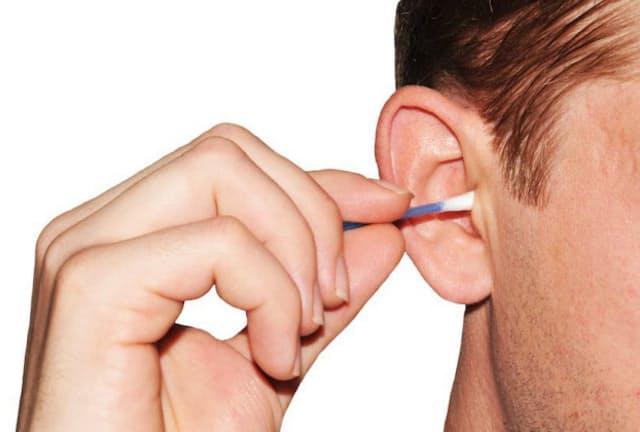 耳掃除が習慣になっている人は多いが……(c)Lucian Milasan-123rf