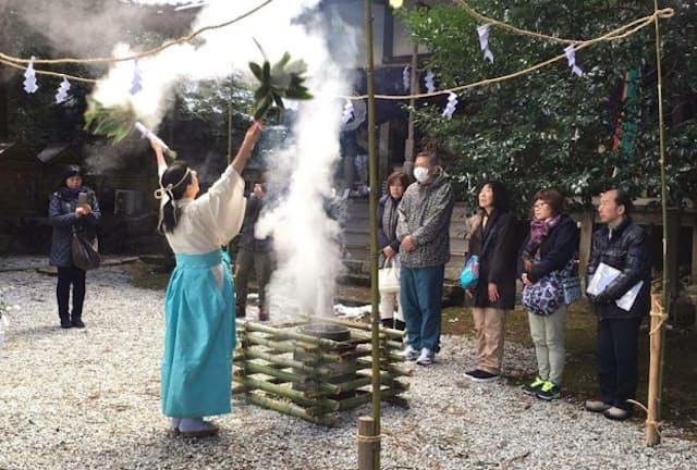 稲をはじめとする五穀の豊穣を祈る「祈年祭」で湯立神事を行う東川宮司