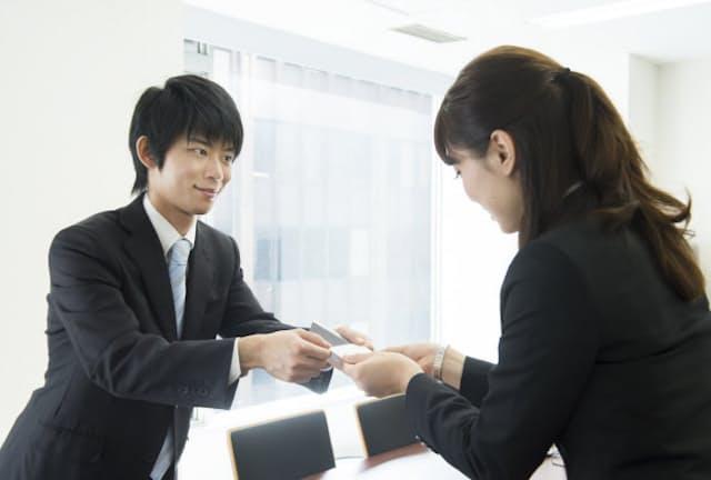副業では別の名刺を使うほうが自分を売り込みやすい。 写真はイメージ=PIXTA