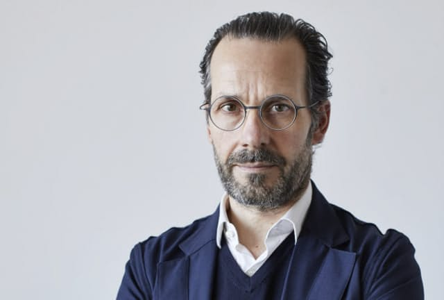 プロダクトデザイナーのコンスタンティン・グルチッチ氏。かけているのがJINSとのコラボで開発した眼鏡(写真はTYPE NEEDLEを着用)(C)Nacasa & Partners Inc.