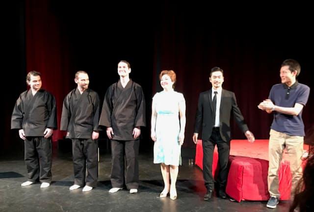 オペラ「金色夜叉」世界初演のカーテンコール。右端が作曲の横川朋弥(2018年5月27日、オーストリア・グラーツ歌劇場ストゥーディオビューネで)