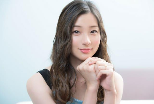 女優として急成長を見せる足立梨花さんが、いつもブランケットを持ち歩く理由とは?
