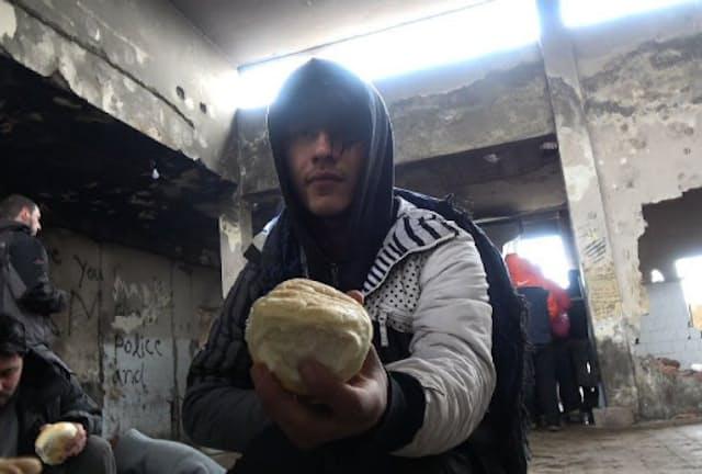 「セルビア 足止め難民の飯」の一シーン。命懸けで祖国を捨てた難民の暮らす拠点を探し、取材。彼らは何を経てそこにたどり着き、何を夢見るのか。そして、何を食って日々をつないでいるのだろうか。カメラが迫った