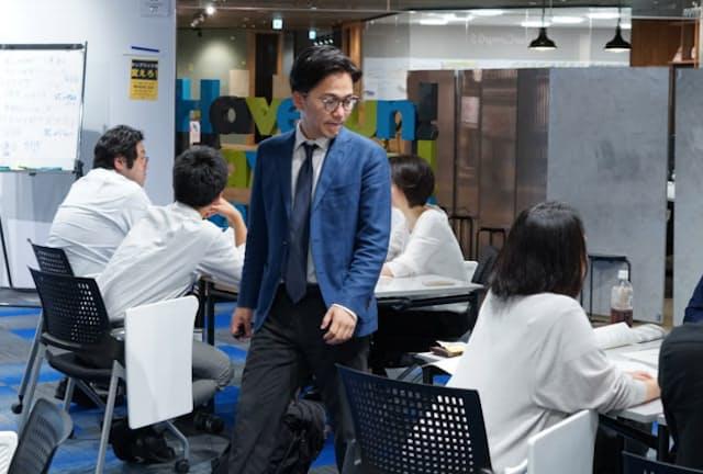 企業の研修で講師を務める中北朋宏氏