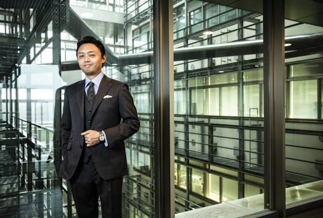 着用のスーツは「AZABU TAILOR」。綾織りのカバートクロスを用いた3ピースは一見クラシックだが、実は軽量で、ナチュラルストレッチやはっ水機能も備えた「テック」な側面も併せ持つ。艶やかな光沢感も、世界で活躍する男に相応しい。同生地を用いた3ピーススーツは7万2000円~〈オーダー価格〉/麻布テーラー(麻布テーラープレスルーム)。 着用の時計は「GRAND SEIKO」ヘリテージコレクション「SBGJ201」。67万円(セイコーウオッチお客様相談室) シャツ1万9500円〈オーダー価格〉、チーフ2500円/以上麻布テーラー、タイ1万5000円/ブルーステラ(以上麻布テーラープレスルーム)