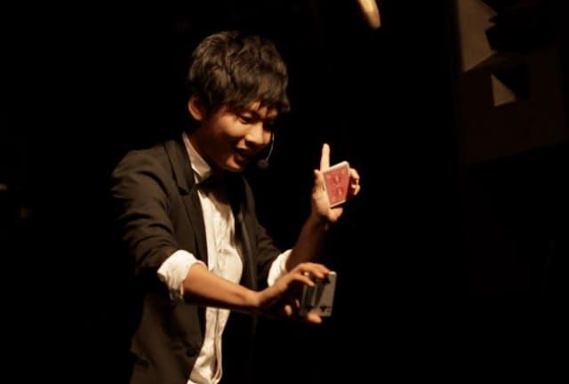 カードマジックを披露する入江田翔太氏
