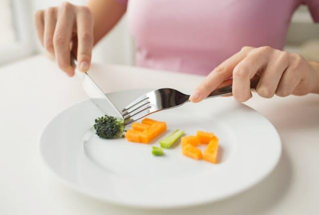 太っていないのに「太っている」と思い込んで極端な粗食や断食に走ると、栄養不足に陥るだけ。写真はイメージ=(c)serezniy-123RF
