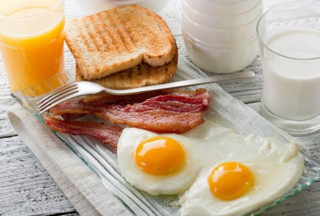 「隠れたんぱく質不足」を解消するには、たんぱく質量が不足しがちな朝食で乳製品や肉、卵などをしっかり取ることを意識したい。写真はイメージ=(c)marco mayer-123RF