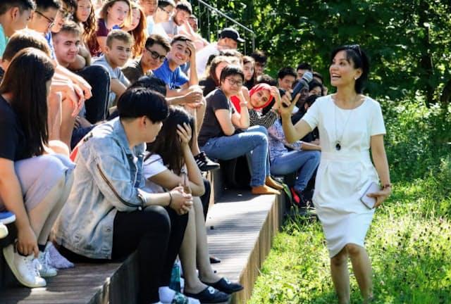 世界から集まるユナイテッド・ワールド・カレッジISAKジャパンの生徒と小林りん代表理事(右)=同校提供