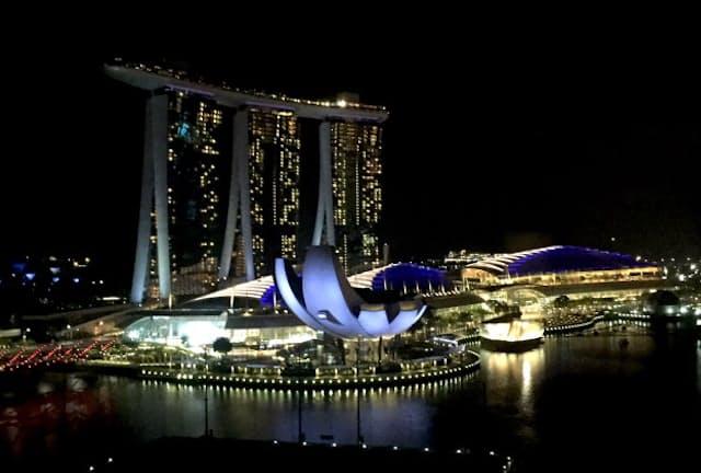 マンダリン・オリエンタル・シンガポールから望むうっとりするようなマリーナ・ベイの夜景