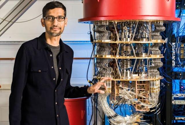 米グーグルが開発した量子コンピューターとスンダー・ピチャイ最高経営責任者(CEO)=同社提供