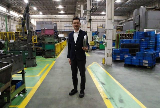 横山哲也ブランドマネージャーが率いる「バーディ」の工房は自動車部品工場の一角にある