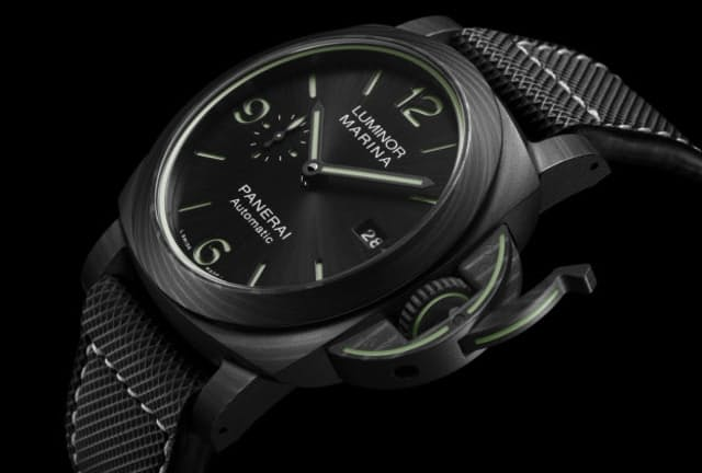 職場でも粋につけられるダイバーズ時計が増えてきた。パネライ ルミノール マリーナ カーボテック 44mm
