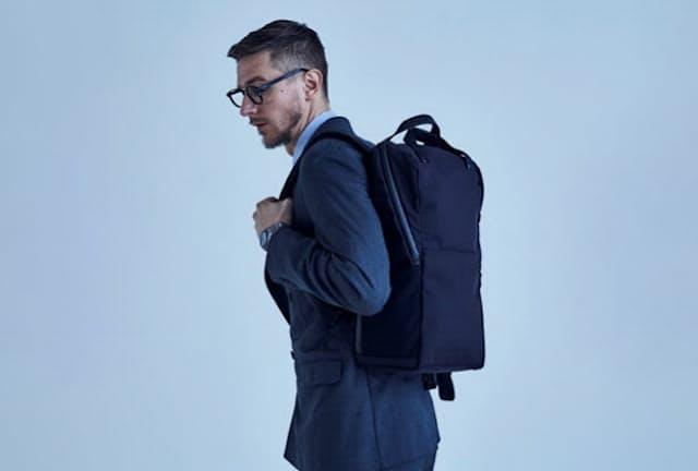 スクエア型のバックパックはスーツとも好相性