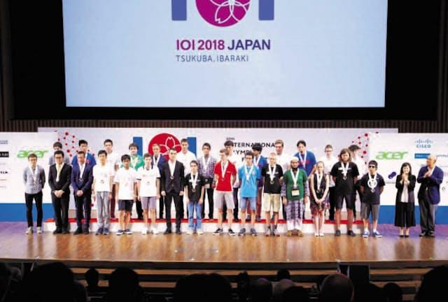 2018年に日本で開かれた「国際情報オリンピック」の表彰式。87カ国・地域から335人が参加した(茨城県つくば市)=情報オリンピック日本委員会提供