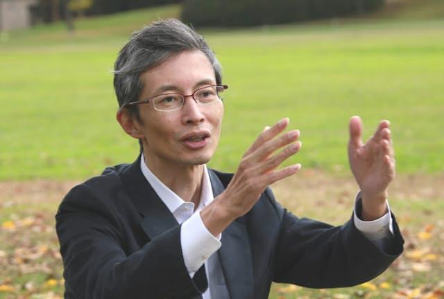 薬学博士でもある小説家、瀬名秀明さん(撮影 佐々木隆二)