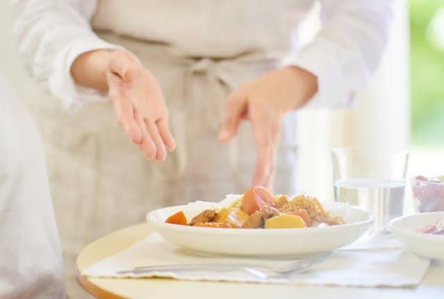 暑い夏はレトルトカレーを使って時短・省エネ調理を(写真はイメージ=PIXTA)