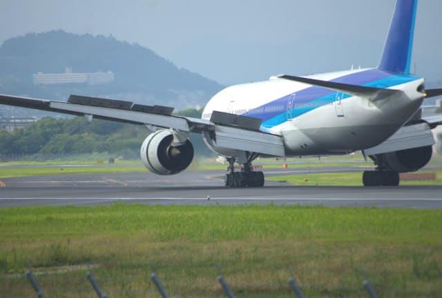 飛行機の主翼の上面に立ち上がって揚力を抑える「スポイラー」には「妨害する人」「甘やかす人」の意味も(写真はイメージ=PIXTA)