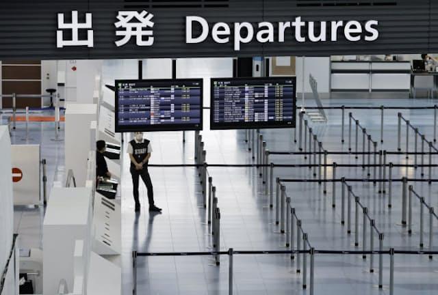 新型コロナウイルスの影響で閑散とする羽田空港第3ターミナルの国際線出発ロビー
