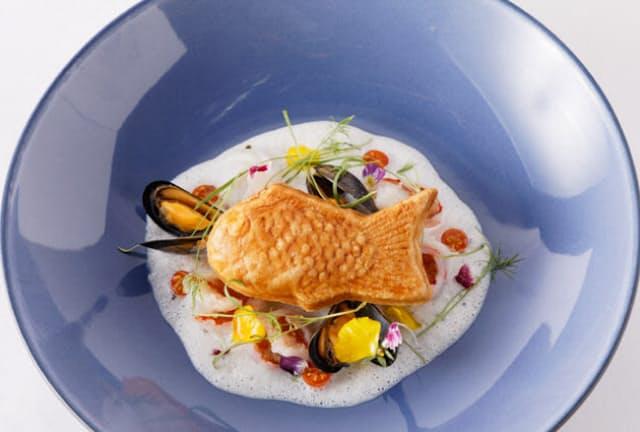 「ジングウマエ コミチ」には個性的な18店が集結している。「Sincere BLUE」の名物は魚介のスープに浮かんだ甘くないたい焼き