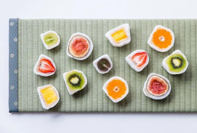 弁才天の「フルーツ大福」は、半分に切ると色鮮やかなフルーツの断面が現れる。専用のひもを付属し、断面を崩さずに切り分けさせる商品設計が当たった