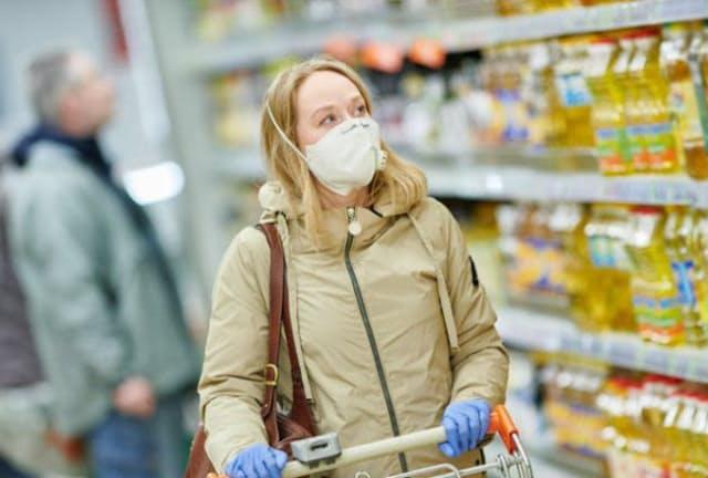 マスクの主な効果は、感染した人がつけることで「周囲にうつさない」こととされてきましたが、非感染者がつけることで「うつされない」効果も期待できることが分かりました。(C)Dmitry Kalinovsky-123RF