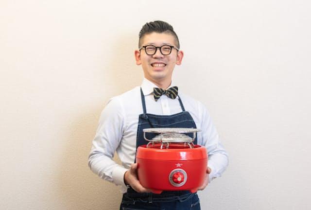 合羽橋の老舗料理道具店「飯田屋」の6代目、飯田結太氏がパーティーが盛り上がるユニークな料理道具を紹介。写真は火鉢と七輪を融合させた「ヒバリン」。懐かしい形がかえって新鮮