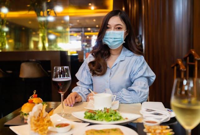マスクをつけたままでは食べられないが…(写真はイメージ)=PIXTA