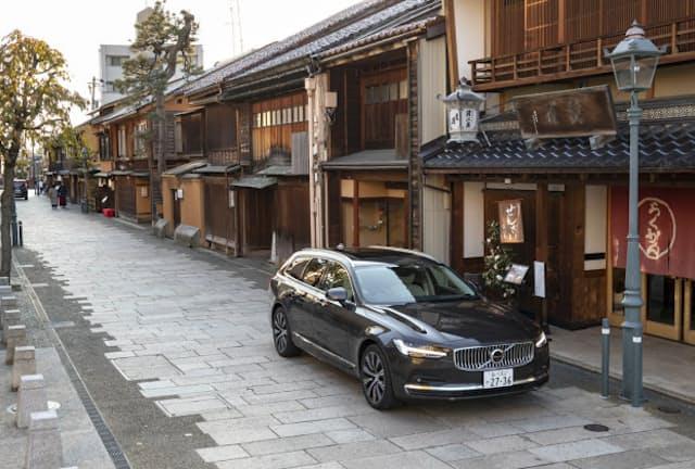 写真は金沢のにし茶屋街でのワンシーン。同地域の狭い路地に入り込んでしまったが、360°ビューカメラの映像を頼りに脱出することができた(写真:郡大二郎、以下同)