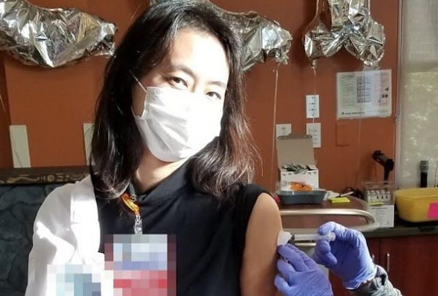 新型コロナウイルス感染症(COVID-19)のワクチン接種を受ける筆者(写真1)