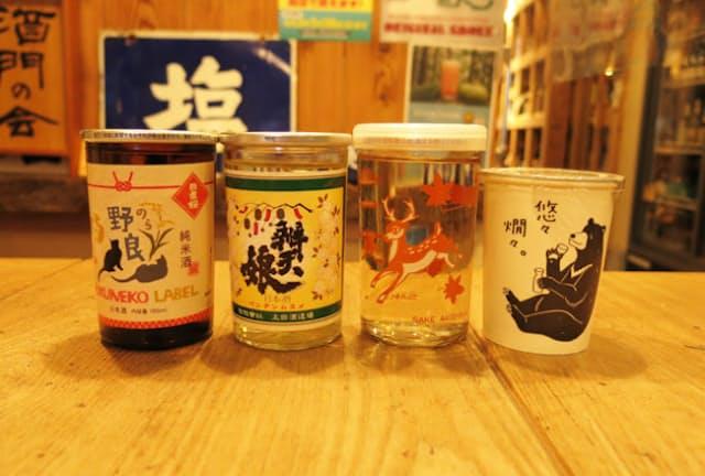 かん酒ビギナーにはカップ酒がもってこい。左から、山根酒造場「日置桜(ひおきざくら) 野良カップ 純米」(福ねこラベルワンカップ)、太田酒造場「辨天娘(べんてんむすめ) 純米 五百万石」、秋鹿酒造「秋鹿 純米バンビカップ」、玉櫻酒造「玉櫻 純米酒 悠々燗々(ゆうゆうかんかん)」。おかんには純米酒が向くという