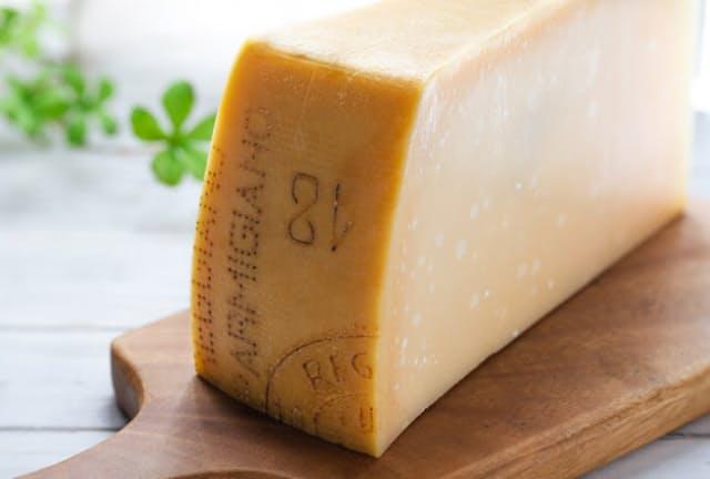 イタリアチーズの代表格、パルミジャーノ・レッジャーノ。なぜイタリアンのコースでチーズを勧められることがない?=PIXTA