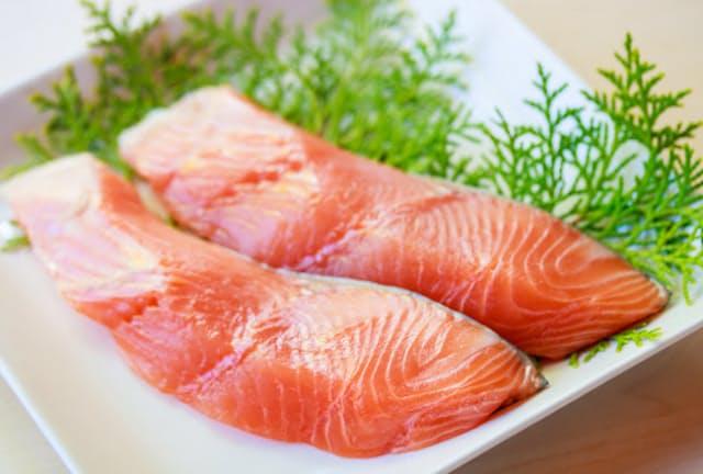 サケはおにぎりの具や回転ずしのネタで大人気。こんなに赤いのに白身魚とは?=PIXTA