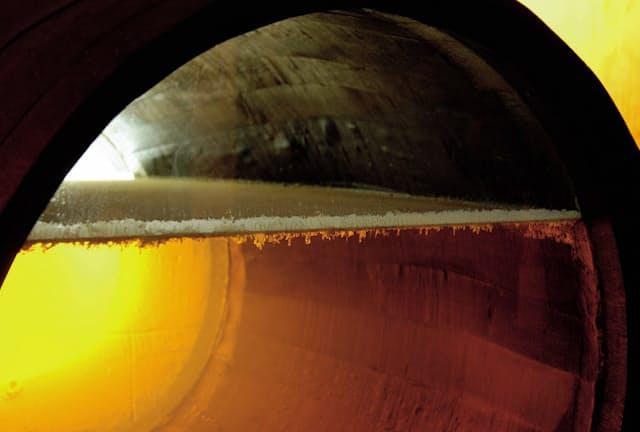 シェリーの熟成樽の内部。液面に産膜酵母の層が見える(The Jerez-Xeres-Sherry Regulatory Council提供)