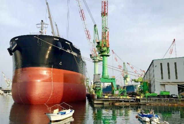 アンモニア燃料を使う次世代船の開発計画も進んでいる(今治造船の工場)