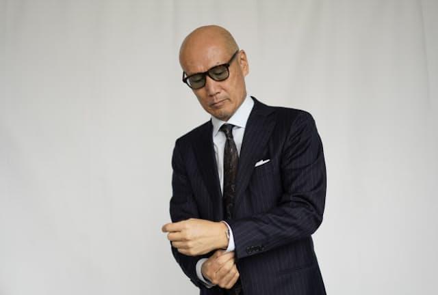 ファッションディレクターの森岡弘氏。自前のスーツでスーツの着こなしのポイントを解説する