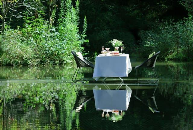 水上の特別席で軽井沢の春を彩る花朝食を楽しむ(星のや軽井沢)