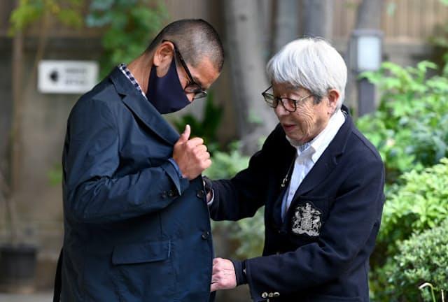 安藤健治さん(左)のジャケットを見る石津祥介さん。「うん、このジャケットは素材もシルエットも合格ですね」