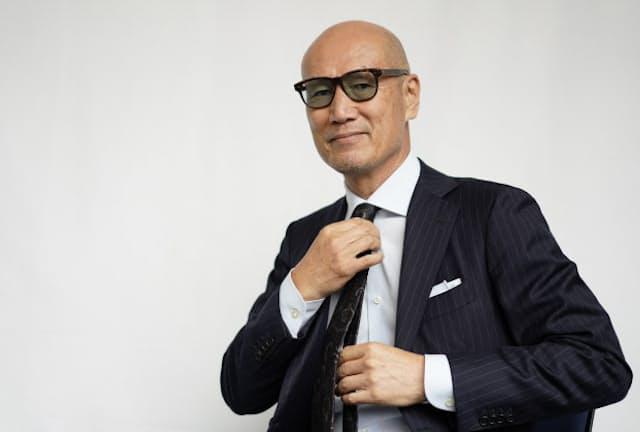 ファッションディレクターの森岡弘氏。自前のネクタイで結び方のポイントを解説する