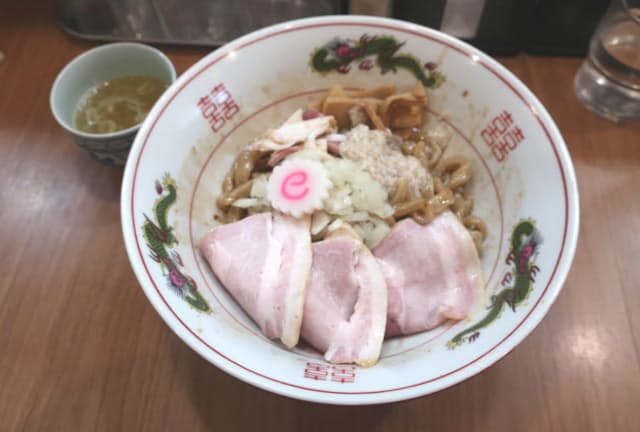 「MENクライ」(東京・浜松町)の油そば。うま味極限のタレと太さが1センチ近くある超極太麺の絡みに圧倒される。