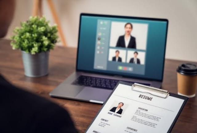 ウェブ面接のみで内定を得ても入社決定の際には対面での情報を重視。写真はイメージ