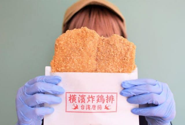 女性スタッフの顔よりも大きい!「横濱炸鶏排」の「台湾唐揚」(1枚540円)がSNSで話題に
