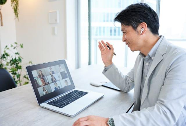 オンライン会議でイヤホンを使う機会が増えた人もいるだろう。写真はイメージ=PIXTA
