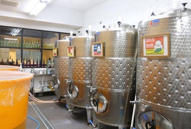 ワイン醸造用タンクは来店客の目を引く