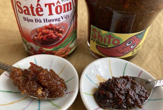 右はガーナの「シト」、左はベトナムの「サテ・トム」。どちらも乾燥エビが使われ、うま味たっぷりの辛味調味料
