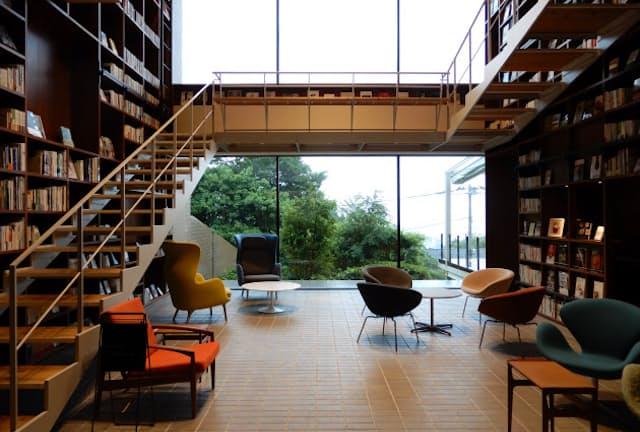 図書館に泊まっているかのような気分になる「箱根本箱」。読書にも集中できそう