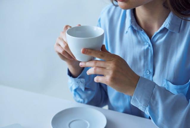 しびれが半身の広い範囲に及び、口から飲み物がこぼれるような場合は、重い病気の予兆かもしれない。写真はイメージ=123RF