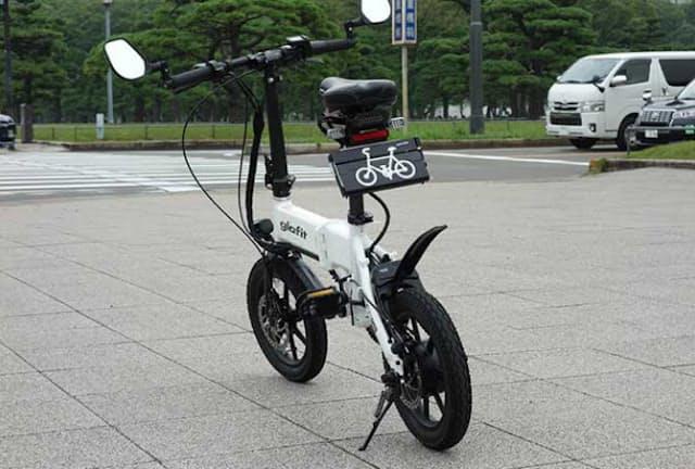 ナンバープレートをカバーすることで自転車として走行できるようにする独自機構「モビチェン」を取り付けたglafitの機体「GFR-02」。この状態のときは自転車として走行できる